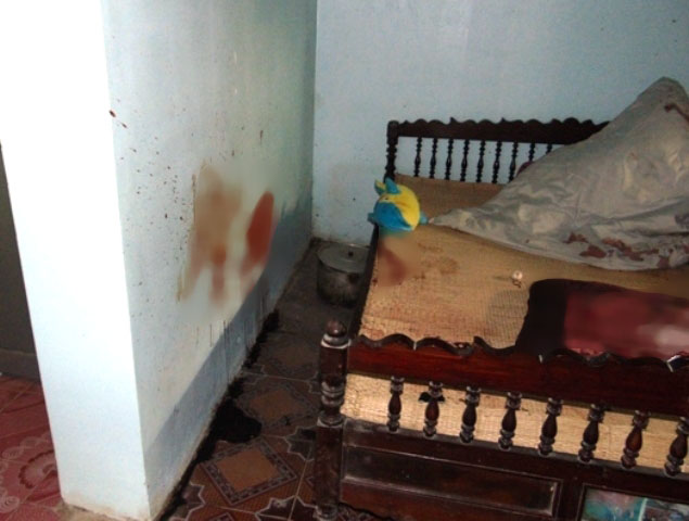 Chiếc gối và bức tường đẫm vết máu của nạn nhân