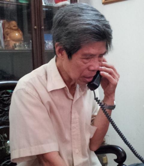 Ông Lê Văn Viễn, bố đẻ chị Huyền, ngóng chờ tin con