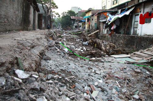 Để xây dựng hệ thống cống thoát nước cho dòng mương, nhiều hộ dân thuộc diện giải tỏa, hàng chục ngôi nhà bị đập phá dang dở, đường đi bị cày xới, đất, gạch, rác ngổn ngang từ nhiều tháng qua