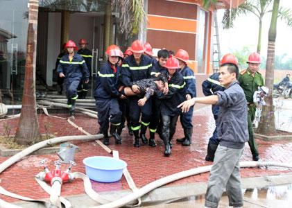 Lực lượng chức năng đưa người bị nạn ra khỏi đám cháy