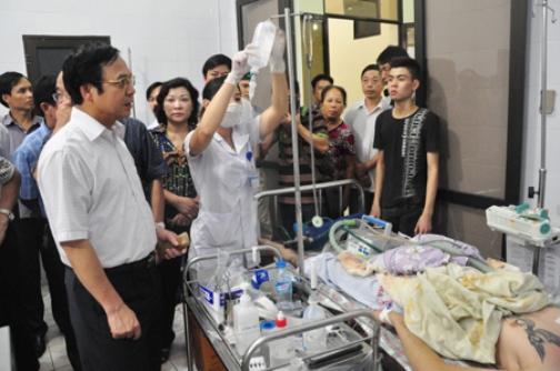 Lãnh đạo tỉnh Quảng Ninh thăm các nạn nhân vụ ngạt khí tại phòng karaoke đang được điều trị tại bệnh viện