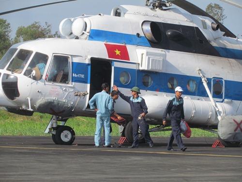 Trực thăng Mi 171 số hiệu 8431 đáp xuống sân bay Cà Mau lúc 15 giờ 40 phút. Ảnh: Duy Nhân