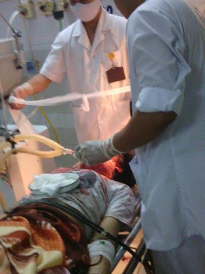 Các bác sĩ cấp cứu cho nạn nhân