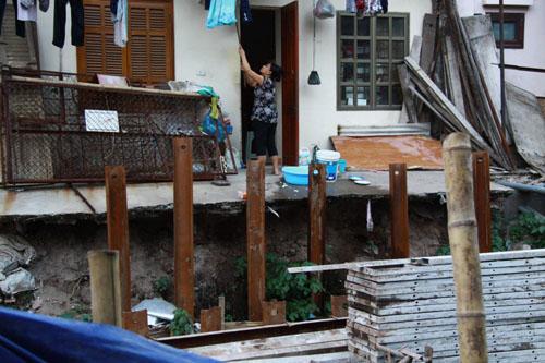Một trong những hộ dân thuộc diện giải tỏa dở dang, nền móng và hiên nhà của một nhà dân bị ăn sâu, nguy cơ có thể sụp lở bất cứ lúc nào