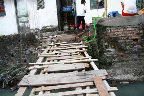 Để vào được nhà, nhiều hộ dân thuộc Tổ 9 thuộc phường Ngọc Hà đã phải tự chế những chiếc cầu ọp ẹp từ nhiều mảnh gỗ cốp pha đã qua sử dụng. Đây cũng là nguyên nhân khiến nhiều trẻ em và người già tại khu vực đã không ít lần bị ngã xuống dòng mương hôi thối