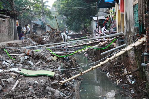 Nguồn nước thải từ nhà máy bia Hà Nội xuống dòng mương làm tăng mức độ ô nhiễm, ảnh hưởng đến sức khỏe của hàng ngàn người dân sinh sống trong khu vực