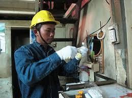 Công nhân Tổng công ty Điện lực TP HCM hỗ trợ dân nghèo sửa chữa hệ thống điện gia đình