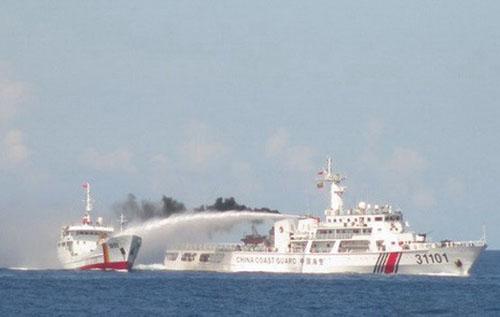 Tàu Trung Quốc dùng vòi rồng tấn công tàu Kiểm ngư Việt Nam. Ảnh: Bộ Ngoại giao cung cấp.