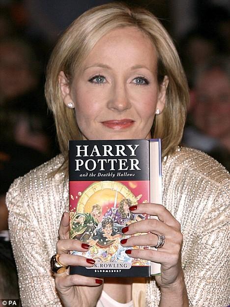 Mẹ đẻ của Harry Potter từng một lần đỗ vỡ trong hôn nhân và một mình nuôi con đến khi tái giá. Ảnh: PA