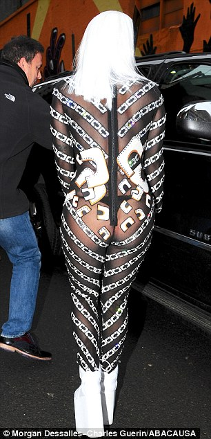 Lady Gaga lại gây sốc với thời trang quái