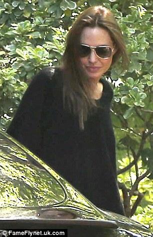 Angelina với trang phục màu đen quen thuộc