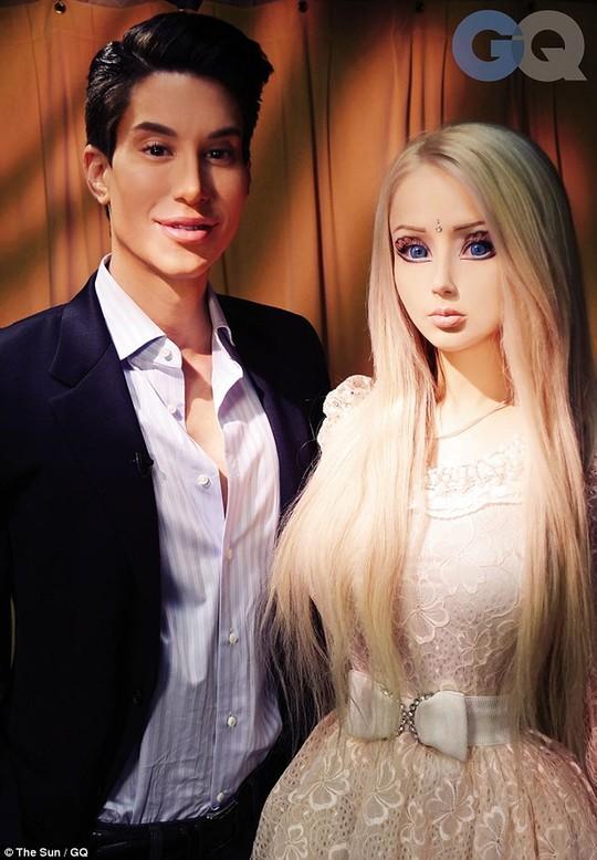 Valeria Lukyanova chụp ảnh cùng một người đã phẫu thuật thẩm mỹ giống Ken-bạn trai của Barbie.