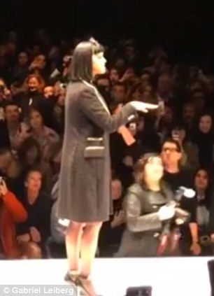 Katy Perry bị đuổi khỏi sân khấu