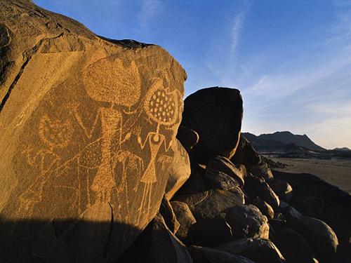Những hình vẽ trên đá có thể có nguồn gốc ngoài hành tinh