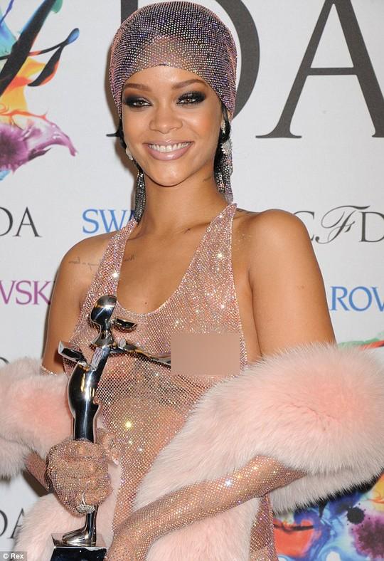 Bị bắt vì rình rập tư gia, đe dọa Rihanna