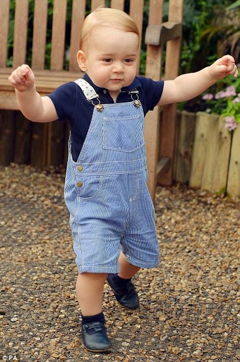 Hoàng tử bé George tập đi. Ảnh: PA