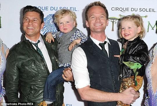 Neil Patrick Harris và David Burtka hạnh phúc bên cặp song sinh