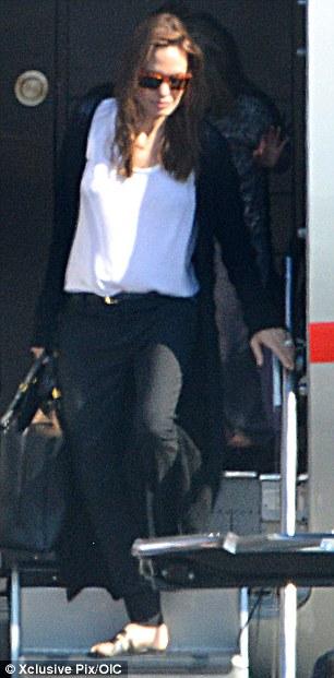 Angelina trang phục giản dị, bước vội theo các con