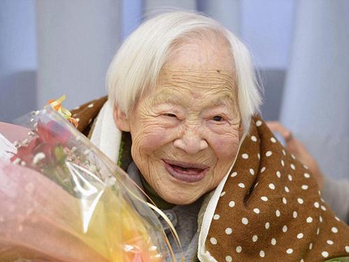 Danh hiệu này hiện thuộc về cụ bà Nhật Bản Misao Okawa, kém cụ Lumbreras 12 tuổi.
