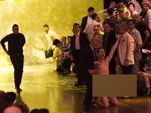Kẻ quấy rối trongsô trình diễn sản phẩm của hai nhà thiết kế danh tiếng Domenico Dolce và Stefano Gabbana.