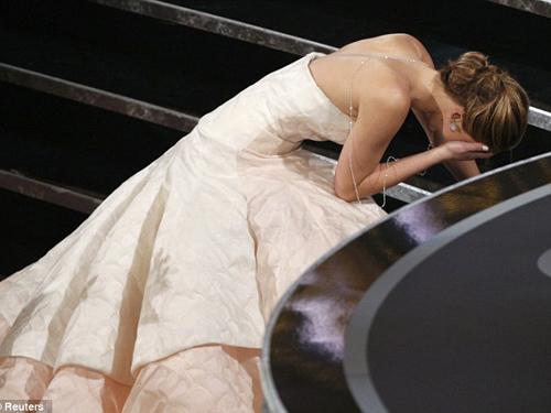 Jennifer Lawrence ngã sóng xoài tại Oscar 2013