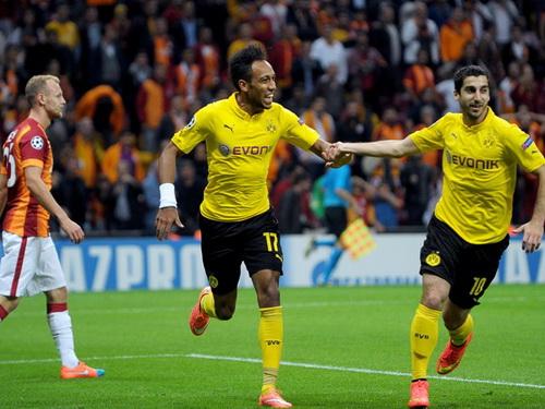 Aubameyang (trái) ghi cú đúp trong vòng 12 phút cho Dortmund