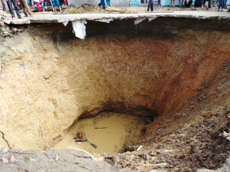 Cận cảnh hố tử thần sâu cả chục m ở Thanh Hóa