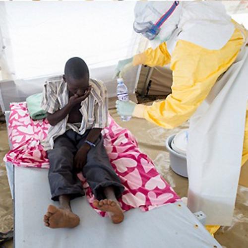 Một bệnh nhân mắc bệnh Ebola đang được bác sĩ điều trị