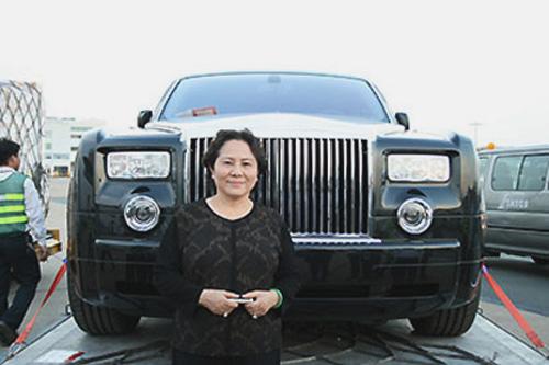 Bà Dương Thị Bạch Diệp bên chiếc xe siêu sang Rolls Royce BKS 77L-7777 (Ảnh tư liệu)