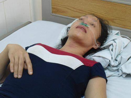 Bà Nguyễn Thị Hiền đang được chăm sóc tại cơ sở y tế sau khi được lực lượng công an giải cứu an toàn