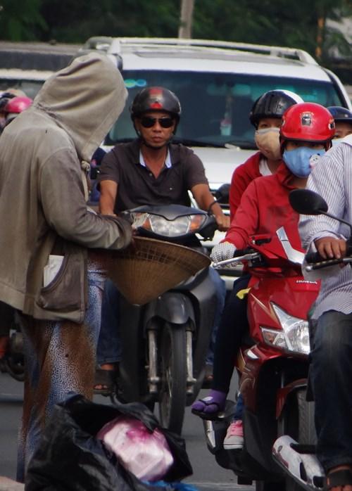 Nhiều người đi đường không biết người phụ nữ giả bụng bầu nên vẫn cho tiền
