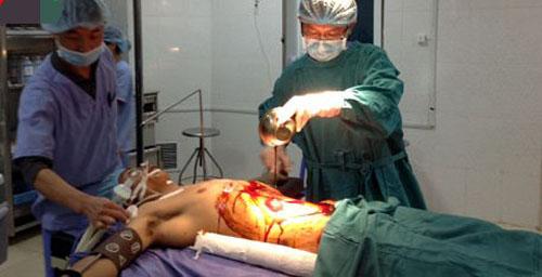 Các bác sĩ mổ cấp cứu nạn nhân vụ lật cầu