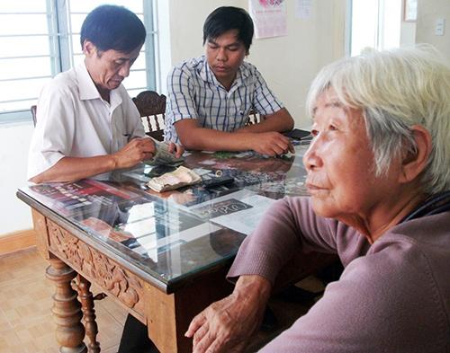 Công an xã Bình Tú bàn giao cụ Sáu cùng số tài sản lại cho người nhà