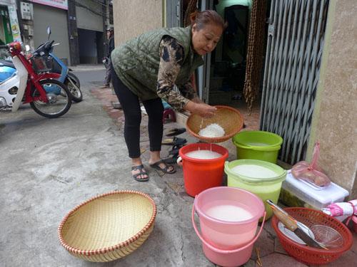 Bà Đoàn Thị Hảo vo gạo gói bánh