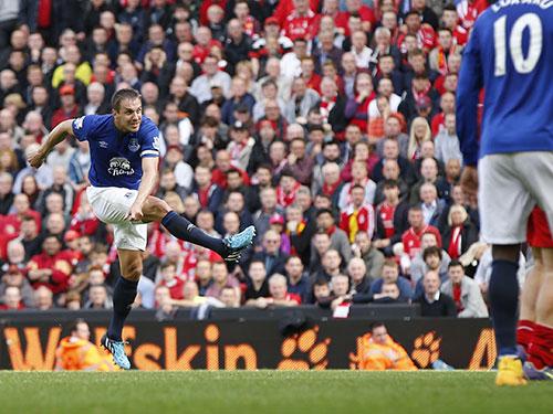 Jagielka và cú sút gỡ hòa 1-1 cho Everton Ảnh: REUTERS