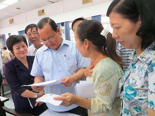 Bí thư Thành ủy TP HCM Lê Thanh Hải trao đổi với cử tri quận 5 Ảnh: Kha Miên