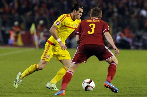 Gareth Bale đi bóng trước Lombaerts (Bỉ)