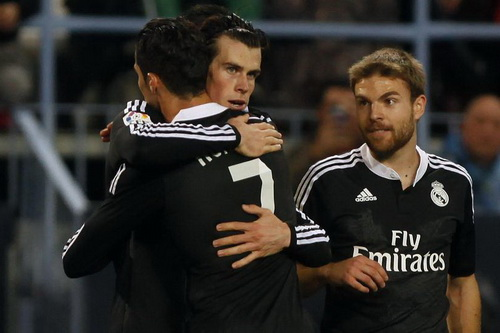 Gareth Bale chia vui với Ronaldo sau khi ghi bàn