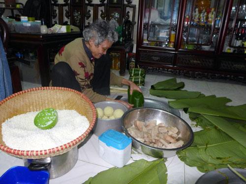 """Cụ Lê Thị Khánh năm nay đã hơn 80 tuổi: """"Nếu không gói bánh thì không còn Tết nữa"""""""