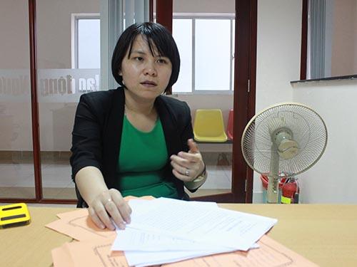 Chị Đỗ Trần Khánh Tiên trình bày bức xúc với phóng viên Báo Người Lao Động