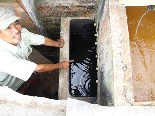 Nước nhiễm dầu nặng, người dân phải lọc qua bể mới dùng sinh hoạt hằng ngày được