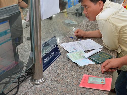 Hầu hết các thủ tục hành chính hiện nay đều cần đến hộ khẩu, CMND. Trong ảnh: Người dân đi đăng ký xe tại TP HCMảnh: Tấn Thạnh