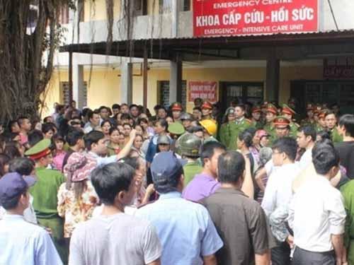 Hàng trăm người dân vây kín Bệnh viện Sản - Nhi tỉnh Ninh Bình chiều 26-11Ảnh: TUẤN MINH