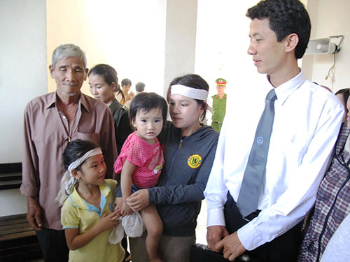 Luật sư Võ An Đôn cùng gia đình nạn nhân Ngô Thanh Kiều tại phiên tòa sơ thẩm