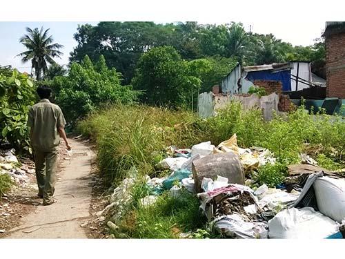 Do thiếu kinh phí bồi thường, người dân trong khu vực dự án phải sống tạm bợ, môi trường ô nhiễm