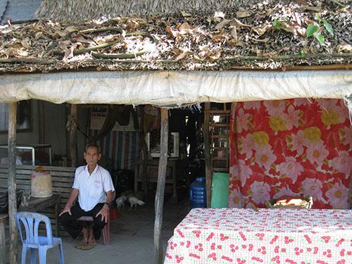 Ông Nguyễn Thành Minh phải ở nhà thuê tạm bợ vì cơ quan thi hành án không thi hành án để ông hưởng thừa kế nhà của mẹ mình