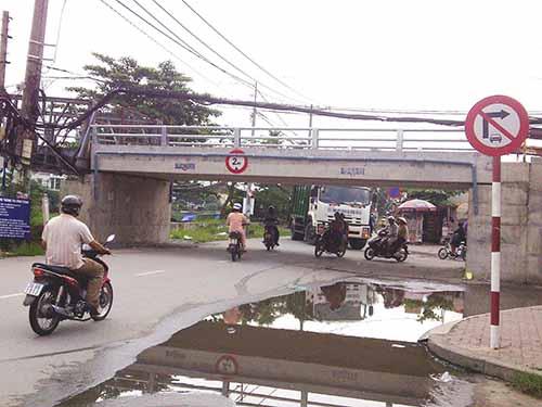 Xe chở rác trên đường Phú Định, phường 16, quận 8, TP HCM không thể chui qua cầu