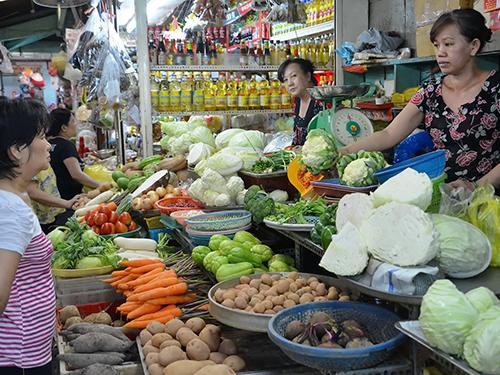 Giá xăng giảm nhưng giá rau quả, thịt, cá… vẫn đứng im. (Ảnh chụp ở chợ Nguyễn Tri Phương, quận 10, TP HCM)Ảnh: TẤN THẠNH