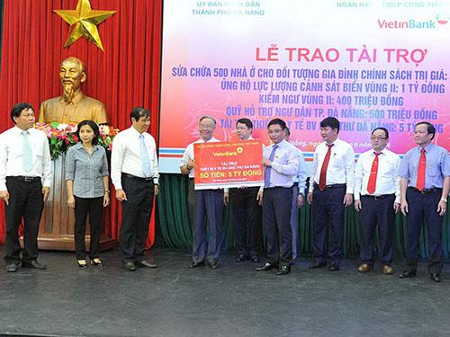 Ông Nguyễn Văn Thắng (thứ tư từ phải qua) trao tài trợ cho đại diện Bệnh viện Ung thư Đà Nẵng