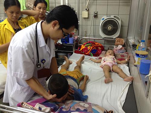 Bệnh nhi viêm màng não được điều trị tại Khoa Nhi Bệnh viện Bạch Mai